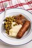 Banger en brijaardappel met gekookte erwt stock afbeeldingen
