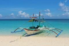 Bangka - um barco tradicional em Filipinas imagens de stock