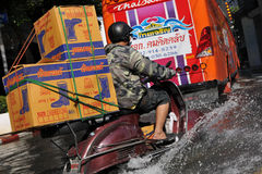 bangkok översvämmade vägen Arkivbilder