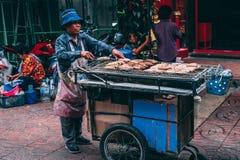 Bangkok, 12 11 18: Życie w ulicach Bangkok Sprzedawcy bubel jego towary w ulicach Chinatown zdjęcia stock