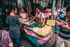 Bangkok, 12 11 18: Życie w ulicach Bangkok Sprzedawcy sprzedają ich towary w ulicach Chinatown obrazy stock