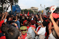 BANGKOK - 10 DE DICIEMBRE: Demostración roja de la protesta de las camisas - Tailandia Foto de archivo libre de regalías