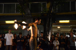 BANGKOK - 16. DEZEMBER: Drängen Sie Weg durch das Phra Athit gehendes Stre Lizenzfreie Stockfotos