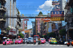 BANGKOK - 23 de agosto: Tráfico en Yaowarat Foto de archivo