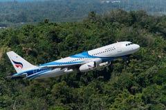 Bangkok Airways décollent à l'aéroport de Phuket Image libre de droits