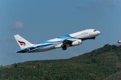 Bangkok Airways entfernen sich an Phuket-Flughafen Stockfoto