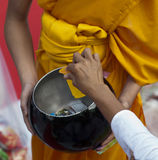 Bangkok-Almosen-Zeremonie Stockbild