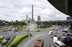 BANGKOK - APRIL 16: Beskåda på Victory Monument den stora militären Royaltyfri Fotografi