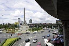 BANGKOK - APRIL 16: Beskåda på Victory Monument den stora militären Arkivbild