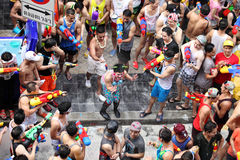 Bangkok April 15: Den Songkran festivalen på den Silom vägen, Bangkok, är Royaltyfri Fotografi