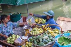 BANGKOK – APRIL 19: Merchant and customer on Wooden boats at Klong Lat Mayom Float Market Stock Images