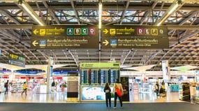 BANGKOK - 4. April Passagiere, die den Flugplan auf Flughafendiagrammen an Suvarnabhumi-Flughafen, am 4. April 2014 in Bangkok üb Lizenzfreie Stockfotos