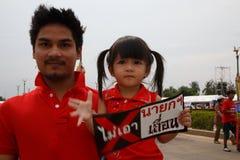 BANGKOK - APRIL 5 2014: Rood Overhemdenopstelling en protest bij plaats binnen Royalty-vrije Stock Fotografie