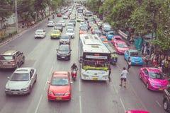 BANGKOK - 11 APRILE: Traffichi avvicinandosi ad un vicolo cieco su una st occupata Immagini Stock Libere da Diritti