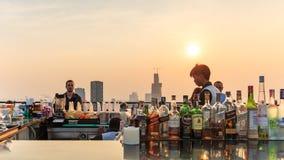 Bangkok au coucher du soleil vu d'une barre de dessus de toit Photographie stock