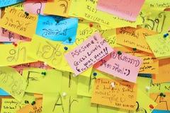 BANGKOK - 29. August: Bunte Post-Itanmerkungen mit Vorschlägen an Stockfotos