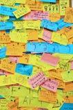 BANGKOK - 29. August: Bunte Post-Itanmerkungen mit Vorschlägen an Lizenzfreie Stockfotos