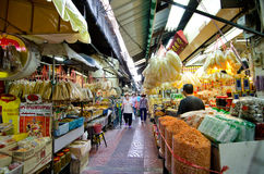 BANGKOK - Augustus 03: Plaatselijke bevolking die bij het straatvoedsel m winkelen stock afbeelding