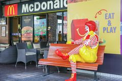 BANGKOK - AUGUSTUS 22: Ronald -Ronald-mcdonald bij het restaurant van McDonald ` s op 22 Augustus, 2017 in Thailand Royalty-vrije Stock Afbeelding