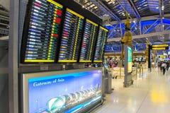 BANGKOK - 4 avril passagers vérifiant le programme de vol sur des diagrammes d'aéroport à l'aéroport de Suvarnabhumi, le 4 avril  Image libre de droits