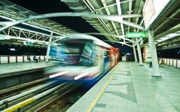 Bangkok BTS Skytrain nattsikt Arkivbild