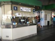 BANGKOK BTS Skytrain at Phoya Thai station Stock Images