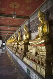 bangkok buddha linje statysuthatwat Arkivbild
