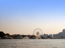 Bangkok Chao Phraya flodstrandlandskap med ferrishjulet arkivfoton