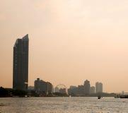 Bangkok Chao Phraya flodstrandlandskap med ferrishjulet royaltyfri foto