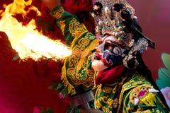 Bangkok-Chinesisches Neujahrsfest, führen chinesischer Opernschauspieler sprühendes Feuer im traditionellen Gesicht-Ändern durch lizenzfreie stockfotografie
