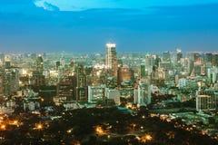Bangkok Cityscape, affärsområde med hög byggnad på skymning Arkivbilder