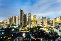 Bangkok Cityscape, affärsområde med hög byggnad på skymning Arkivfoto