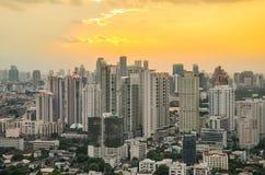 Bangkok Cityscape, affärsområde med hög byggnad på skymning Arkivfoton