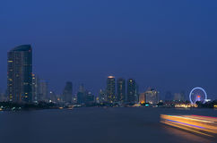 Bangkok cityscape. Bangkok flodsikt på skymningtid. Arkivfoto