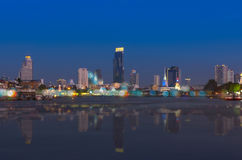 Bangkok cityscape Bangkok flodsikt på skymningtid Royaltyfri Foto