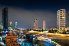 Bangkok Cityscape och finansiell skyskrapabyggnad på flodstranden Chao Phraya River Resa för för affärscentrum och destination av royaltyfria bilder