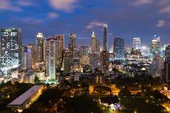 Bangkok cityscape på skymning Landskap av Bangkok affärsbuildin arkivbilder