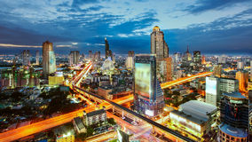 Bangkok Cityscape på skymning, trafiken i staden Fotografering för Bildbyråer