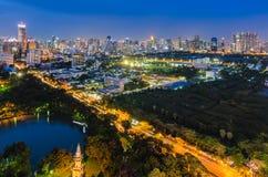 Bangkok con il parco di Lumpini a penombra Immagini Stock Libere da Diritti
