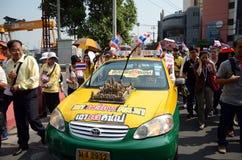 BANGKOK - 9 DÉCEMBRE : Marche anti-gouvernement de protestataires à la Chambre de gouvernement Image stock