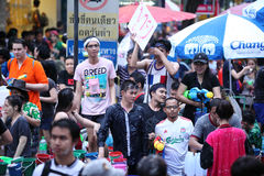 Bangkok 15 de abril: El festival de Songkran en el camino de Silom, Bangkok, es Imagen de archivo