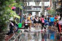 Bangkok 13 de abril: El festival de Songkran en el camino de Silom, Bangkok, es Fotografía de archivo