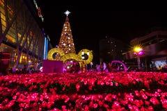 BANGKOK - 4 DE DICIEMBRE: Árbol de X'mas en el mundo central el 4 de diciembre de 2015 C Imagen de archivo libre de regalías