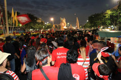 BANGKOK - 10 DE DICIEMBRE: Demostración roja de la protesta de las camisas - Tailandia Imagen de archivo