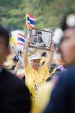 BANGKOK - 5 DE DICIEMBRE: La gente tailandesa se sienta afuera para celebrar para el 85o cumpleaños del HM rey Bhumibol Adulyadej Imágenes de archivo libres de regalías