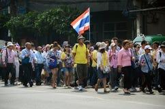 BANGKOK - 9 DE DICIEMBRE: Marcha antigubernamental de los manifestantes a la casa del gobierno Fotografía de archivo libre de regalías