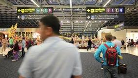 BANGKOK - 8 de enero pasajeros que comprueban el horario de vuelo en cartas del aeropuerto en el aeropuerto de Suvarnabhumi, el 8 almacen de metraje de vídeo