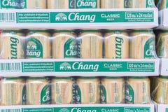 BANGKOK - 22 DE ENERO: Vista de las latas de Chang Beer en la exhibición en un superm Foto de archivo libre de regalías