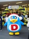 Bangkok - 22 de febrero de 2019: Una mascota del pingüino pertenece a Donki Don Don Donki o la alameda de Donki es un discount mu fotografía de archivo libre de regalías