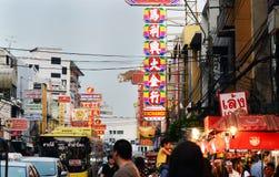 BANGKOK - 21 DE MARZO: Camino ocupado de Yaowarat por la tarde Fotografía de archivo libre de regalías